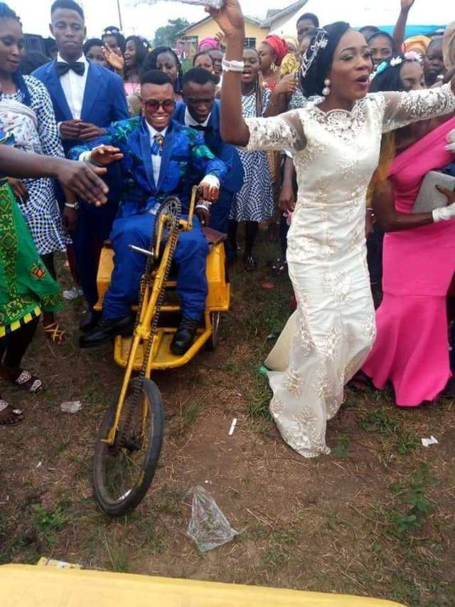Awwwn!!! Lady excited as she weds her physically challenged husband in Delta state ( See Photos) 1