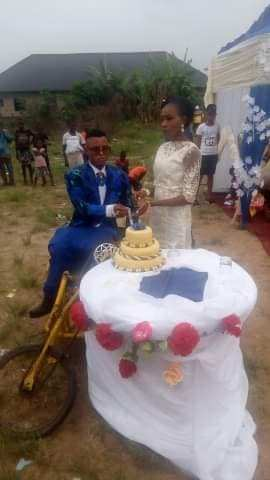 Awwwn!!! Lady excited as she weds her physically challenged husband in Delta state ( See Photos) 2