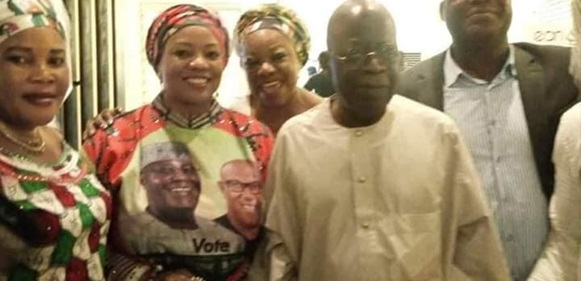 'Atikulated Nigerians' –Tinubu Poses With PDP Members In Lagos, After Allegedly Throwing Away An APC Flag At Presidential Rally