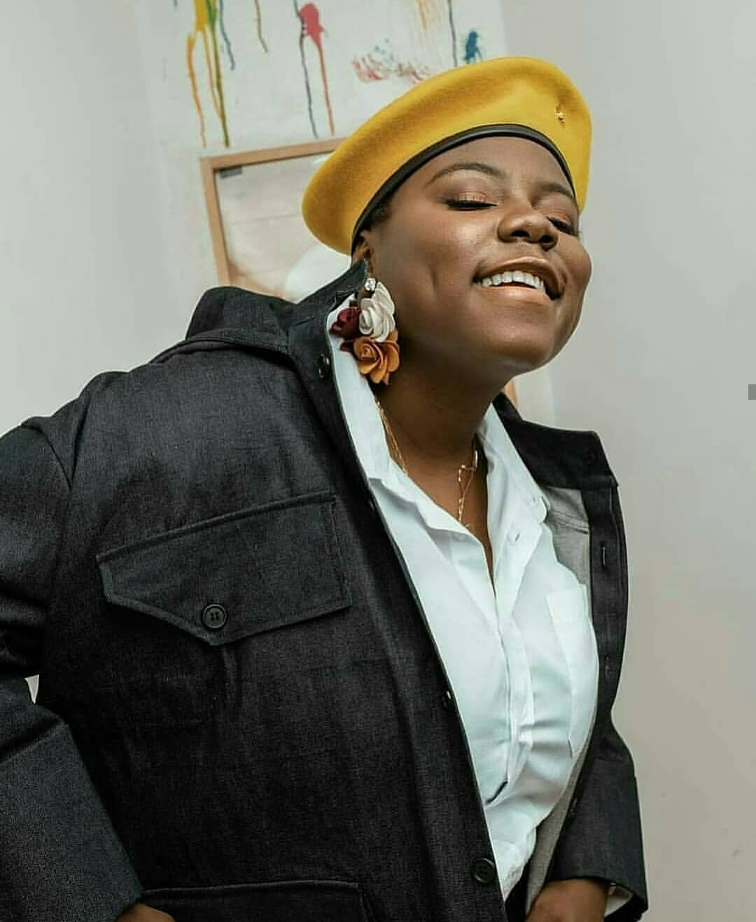 Romantic moment Teni kissed a shy male fan on stage (Video)