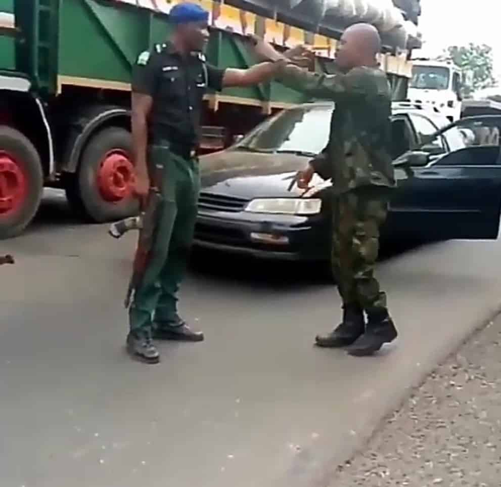 Policeman and Soldier fight over superiority, Policeman and Soldier fight over superiority (Watch Video), Latest Nigeria News, Daily Devotionals & Celebrity Gossips - Chidispalace