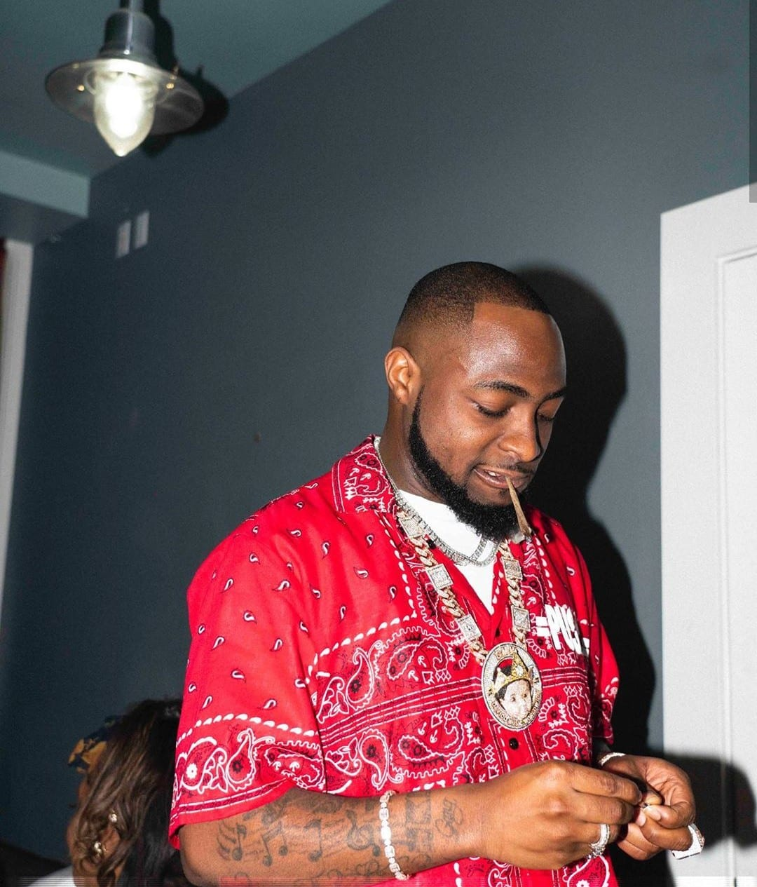 Gateman in shock as Davido surprises him with mouth watering breakfast