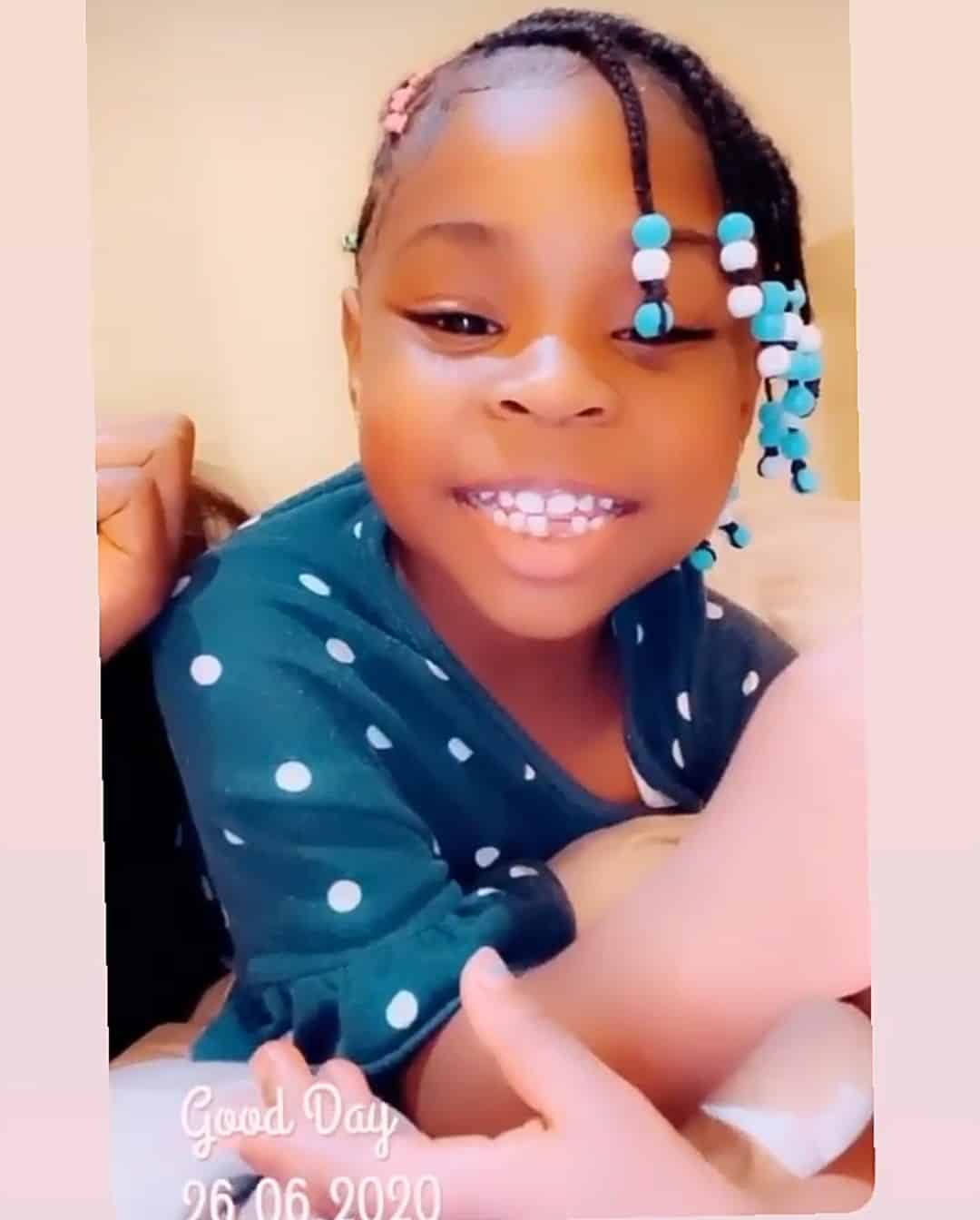 Davido : sa fille Imade reçoit des liasses de billets après avoir perdu sa première dent (vidéo)