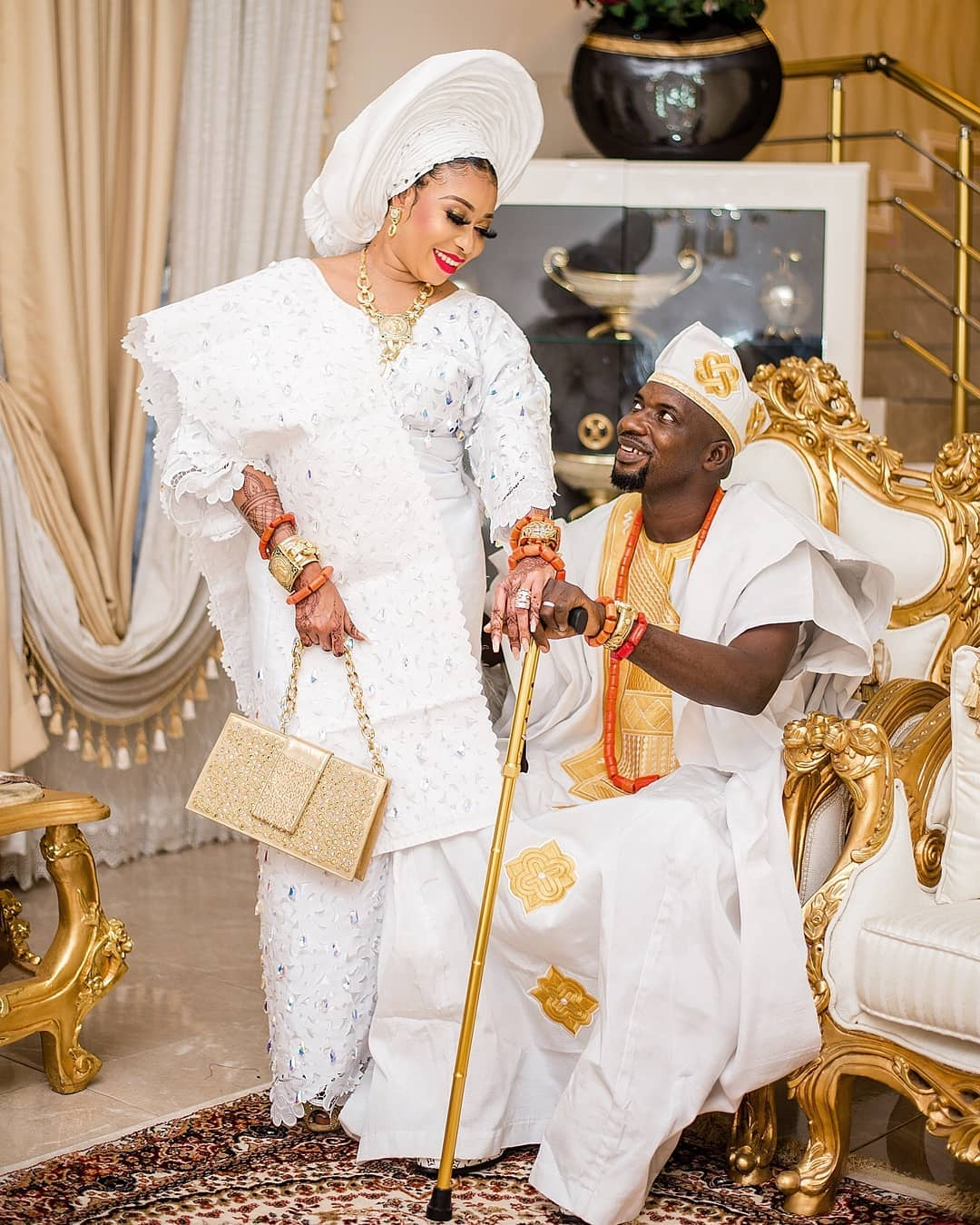 Wedding: Lizzy Anjorin flaunts cheque of ?10 million gift