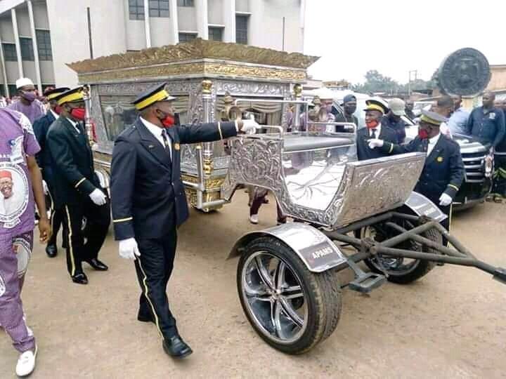Nigeria : un millionnaire enterré dans un cercueil d'une valeur de 75 000 euros (photos)