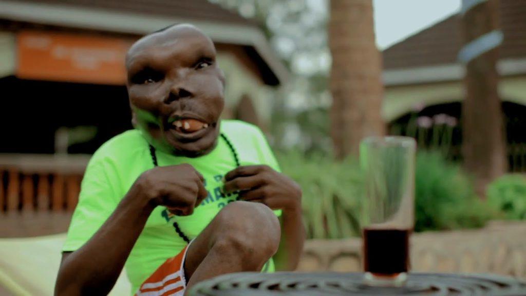 """Uganda: Tha an duine """"as uaisle"""" a 'pòsadh an 3mh bean aige le cnap mòr (dealbhan)"""