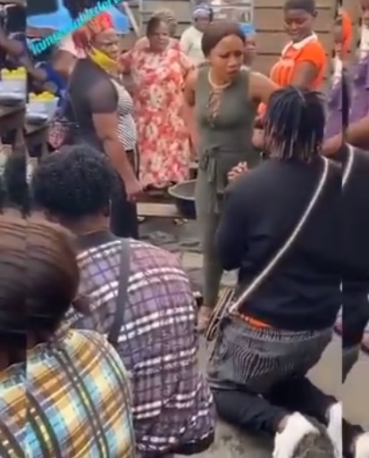 Lady lambast boyfriend for proposing to her in a market (Video)