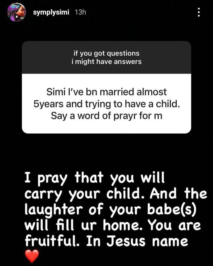 Simi prays for a fan