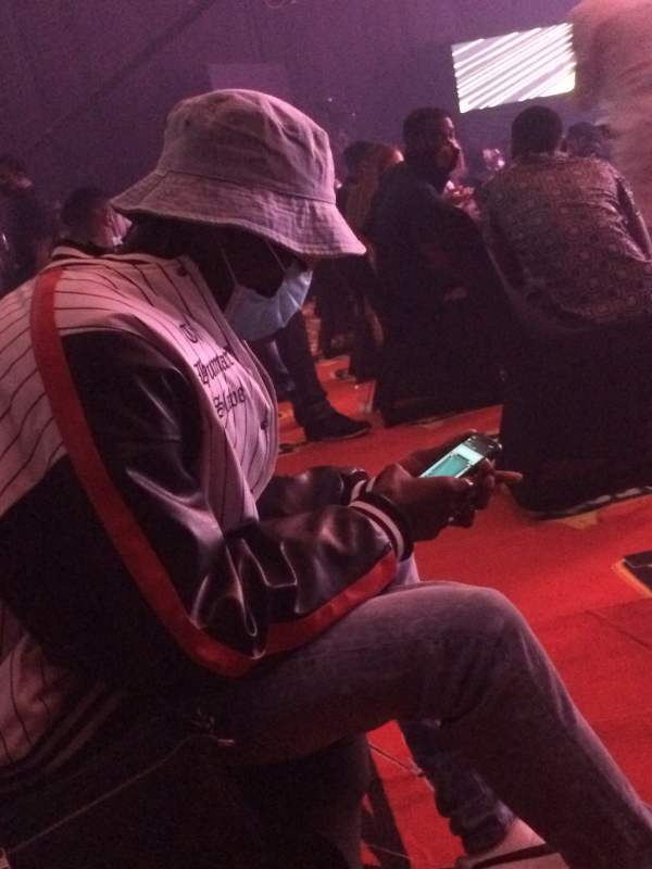 Blaqbonez playing imessage games during hadies awards