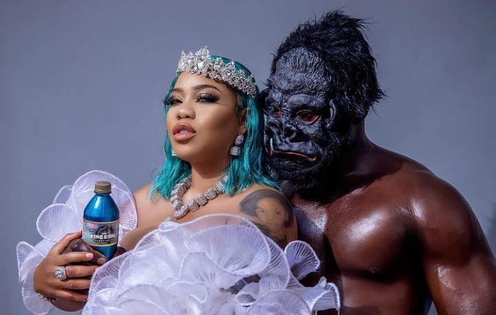 Toyin Lawani's photographer engages her
