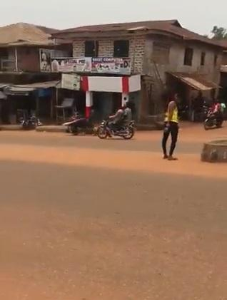 Lady allegedly goes insane after dropping from a car in Auchi (Video)