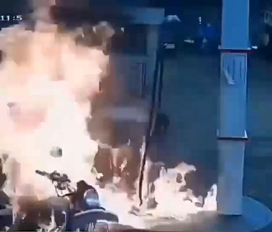 Moment fuel pump catches fire as bike man refused to turn off engine (Video)