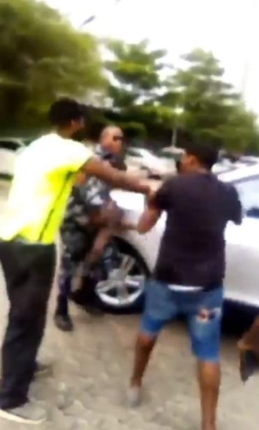 Moment traffic offender attacked policeman, threatened to beat him (Video)