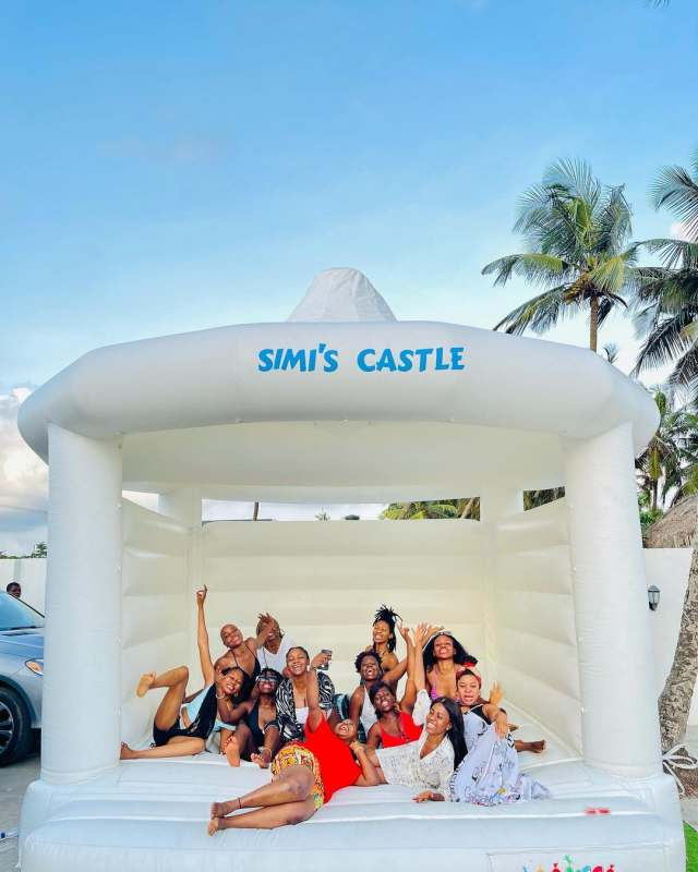 Highlights from Simi's beach birthday party with her friends (Video)
