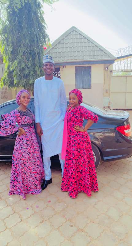 """Wahala for who like to snap picture with you"" - Reactions as man shows off his height"