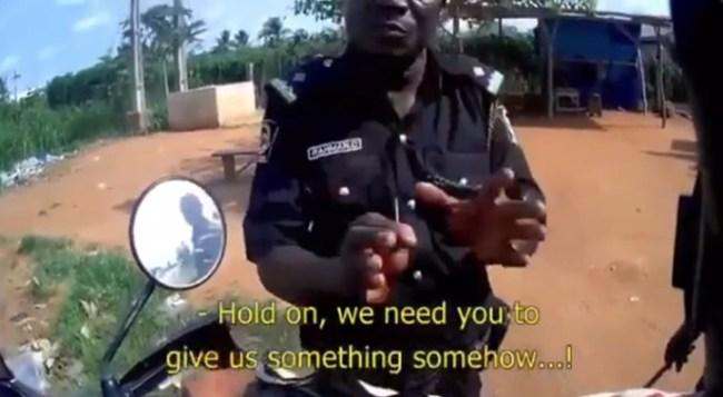 Police officer caught on tape requesting bribe from a Spanish bike (Video)